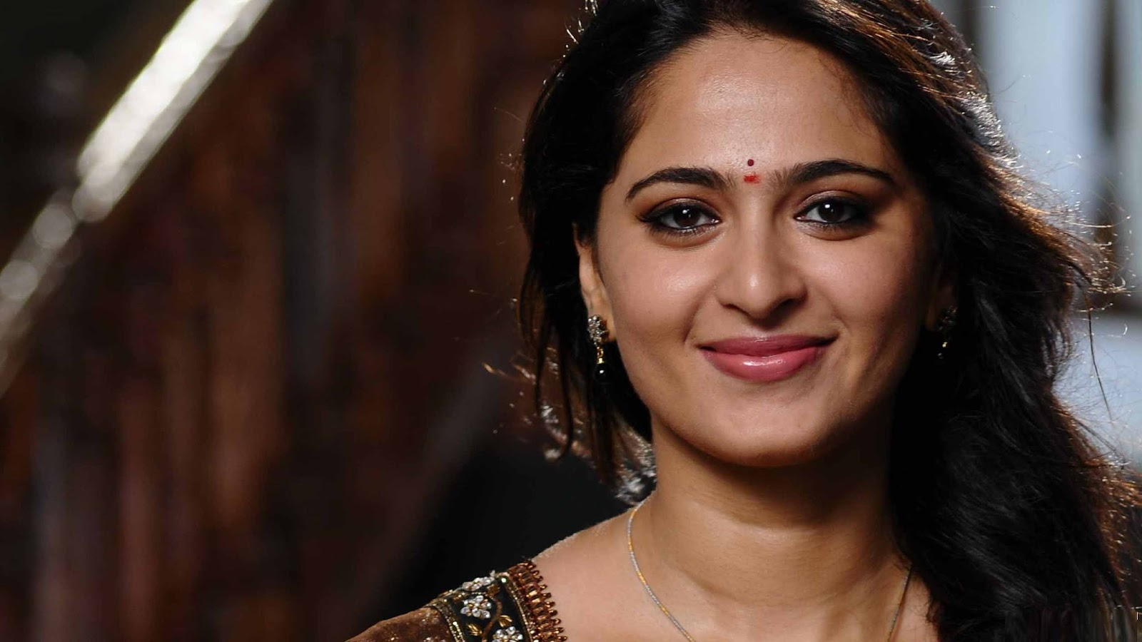 Best South Indian Actress Anushka Shetty Wallpapers  iButters 1600x900