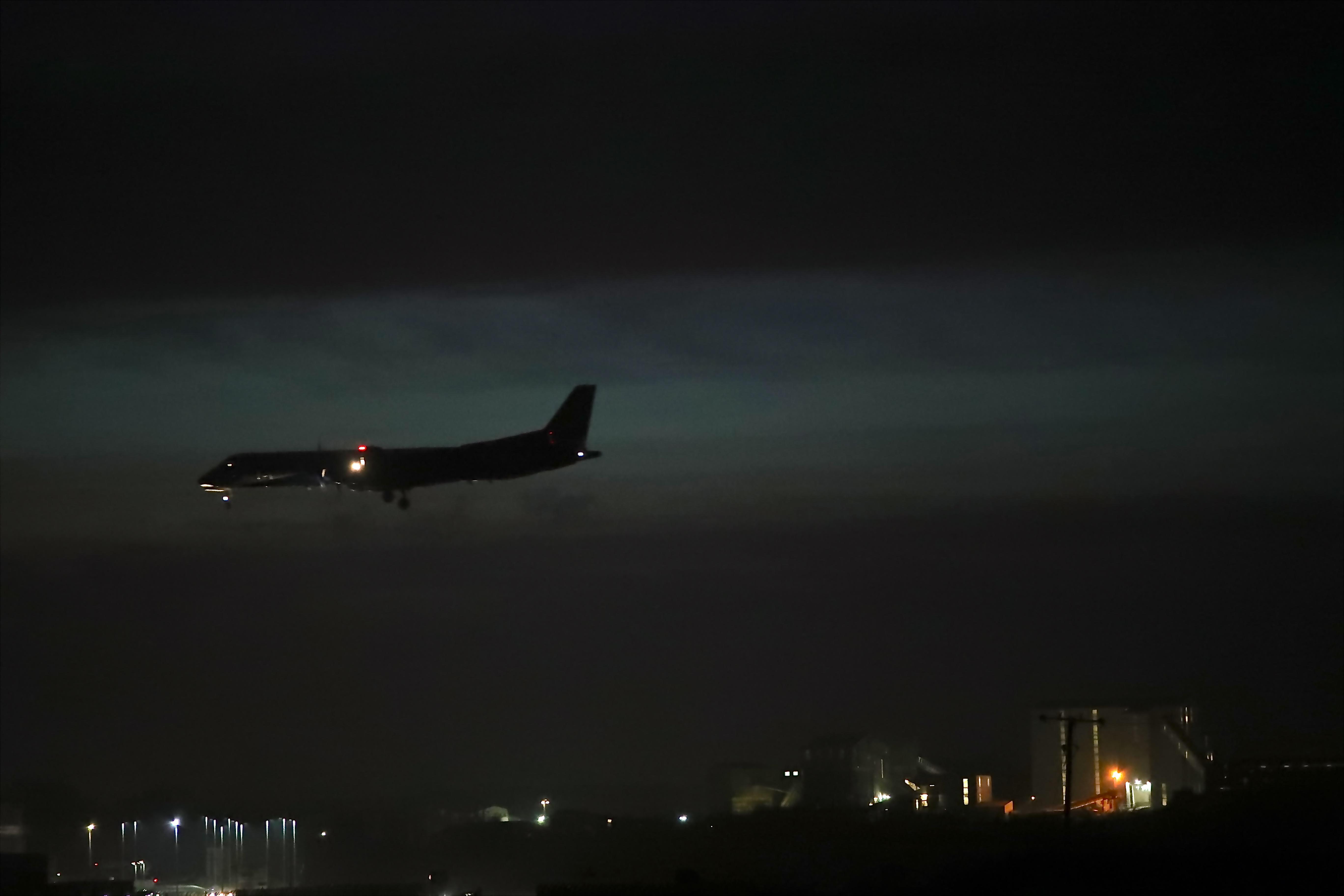 фото самолетов в ночном небе